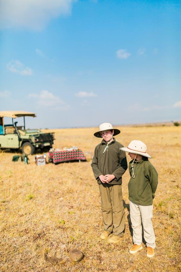 Kinder auf Safari stockfotos