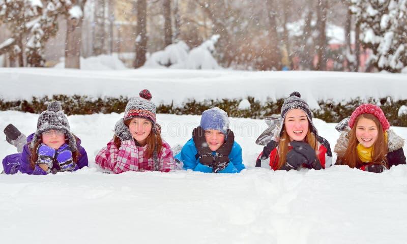 Kinder auf Schnee in der Winterzeit stockbild