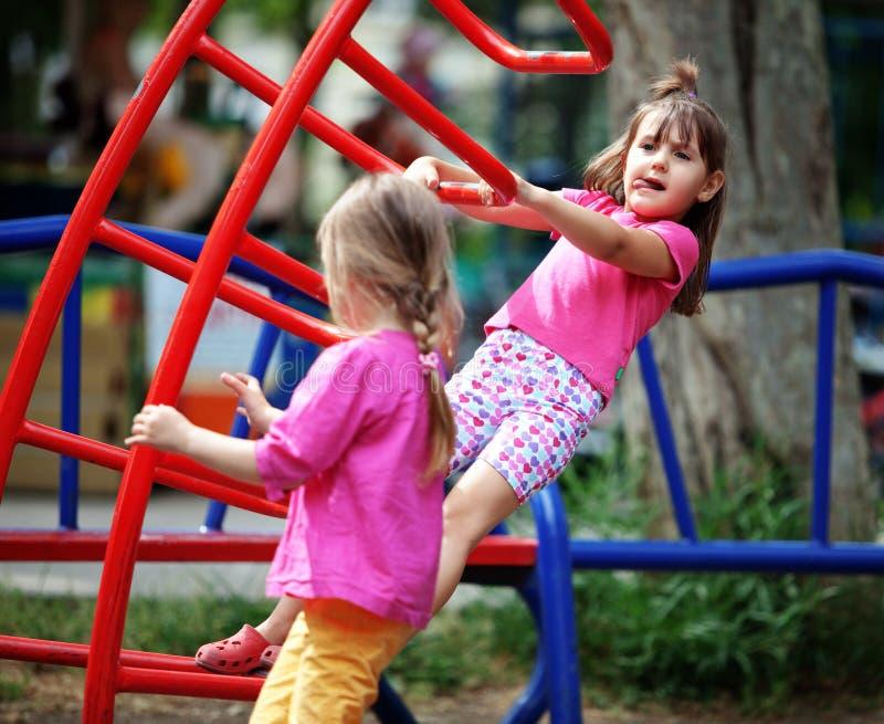 Kinder auf Spielplatz stockbilder