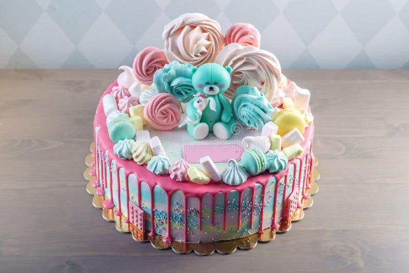 Kinder backen verziert mit Teddybären und bunten Meringen, Eibische zusammen Konzept von Nachtischen für die Geburtstagskinder stockbild