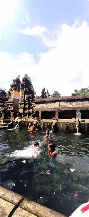 Kinder am Balinesewassertempel stockfotografie