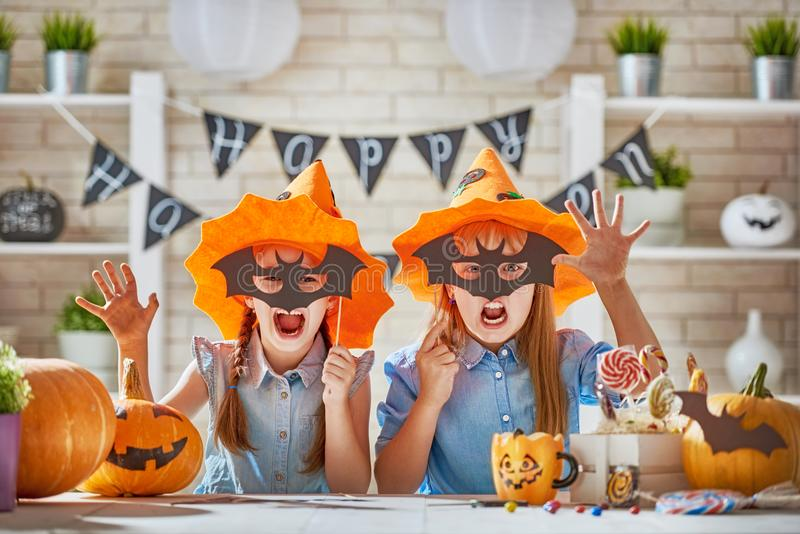 Kinder bei Halloween lizenzfreie stockfotos