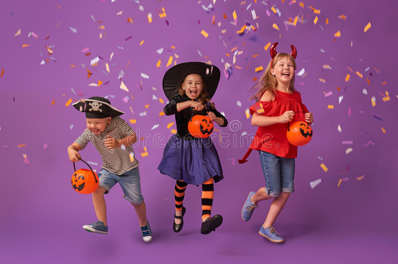 Kinder bei Halloween stockfoto