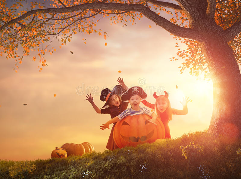 Kinder bei Halloween stockbild