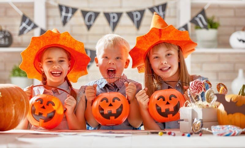 Kinder bei Halloween lizenzfreie stockbilder