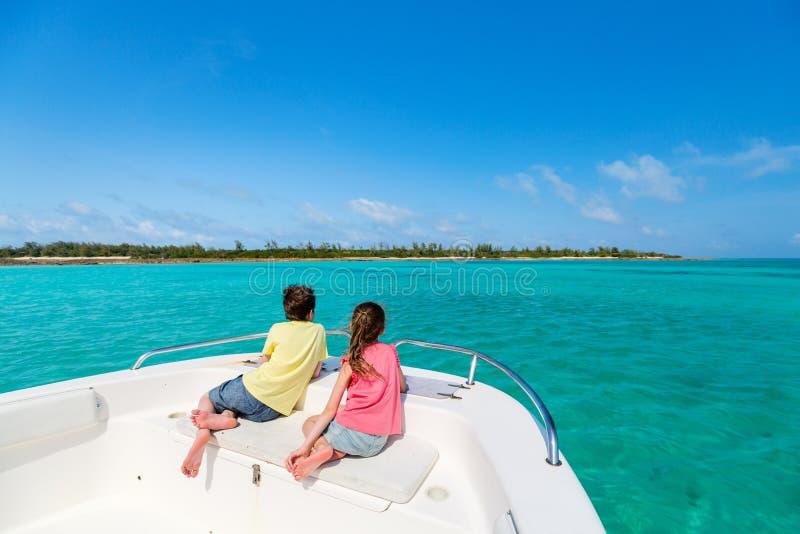 Kinder am Bootsausflug stockfotos