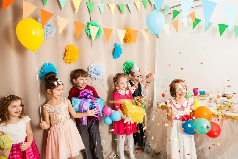 Kinder celebraiting b-tägige Partei stockbilder