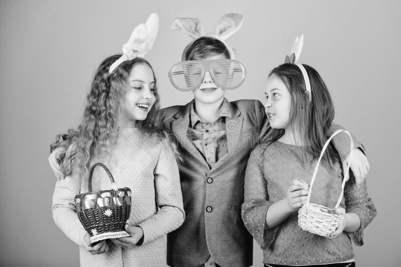 Kinder in den Kaninchenh?schenohren Fr?hliche Ostern Fr?hlingsurlaubsparty Ei-Jagd Familie und Schwesternschaft Kleine M?dchen un stockfotografie