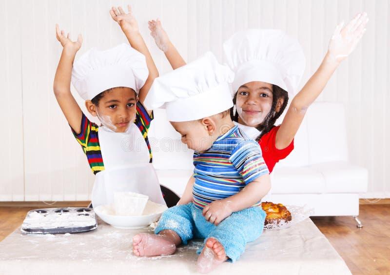 Kinder in den Kochkostümen