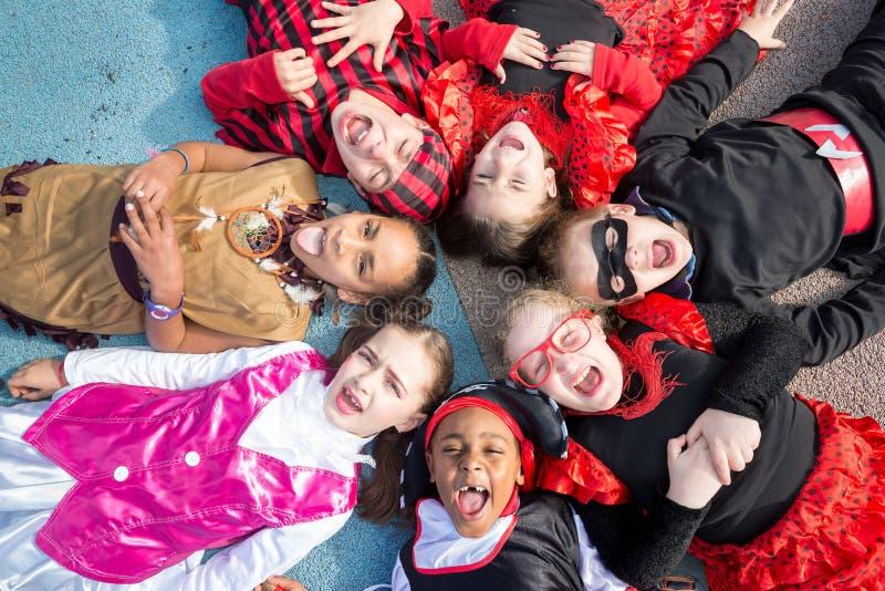 Kinder in den Kostümen stockbild