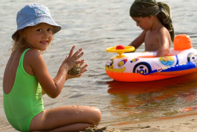 Kinder an den Sommerserien stockbild