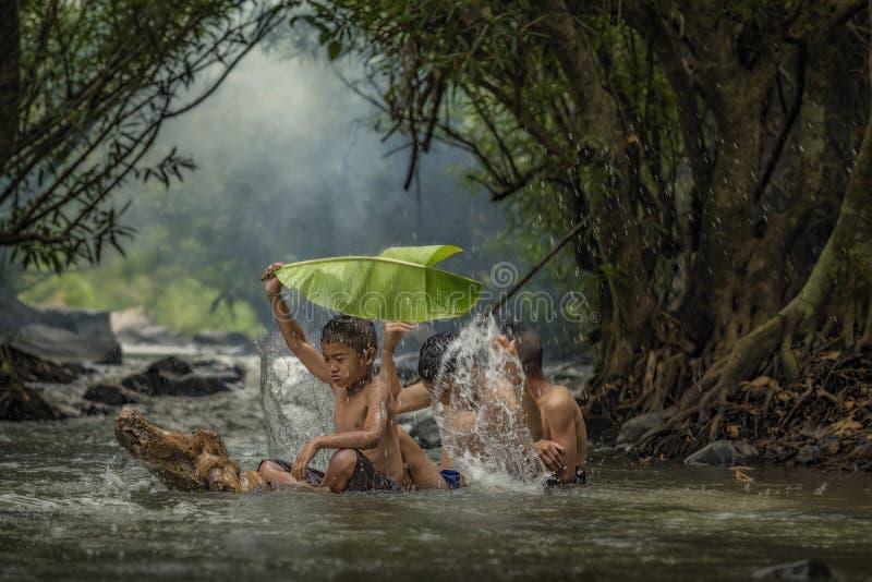 Kinder in den Strömen stockfoto