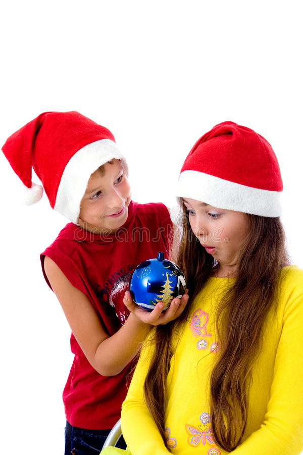 Kinder in den Weihnachtsschutzkappen stockfotos