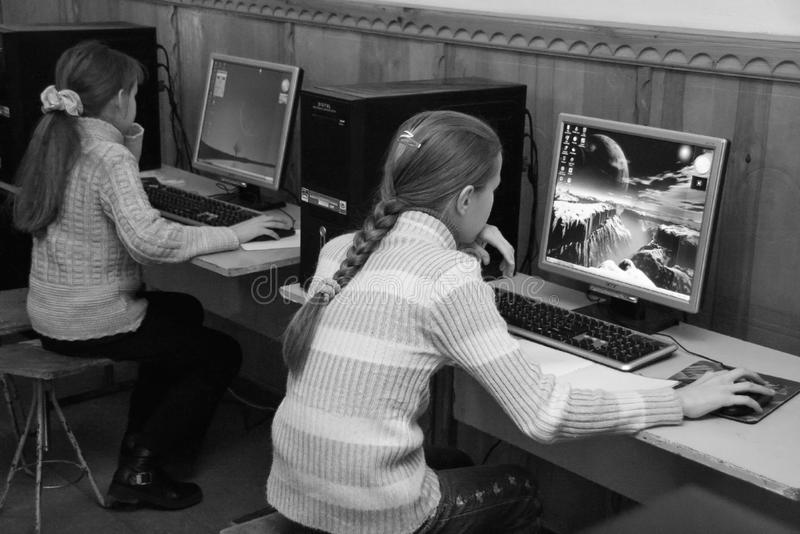 Kinder in der Computerklasse lizenzfreies stockbild