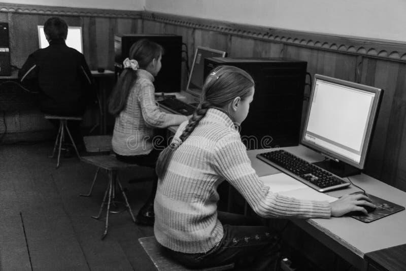 Kinder in der Computerklasse stockbild
