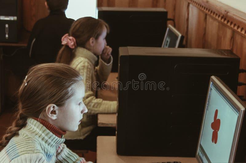 Kinder in der Computerklasse stockfotos