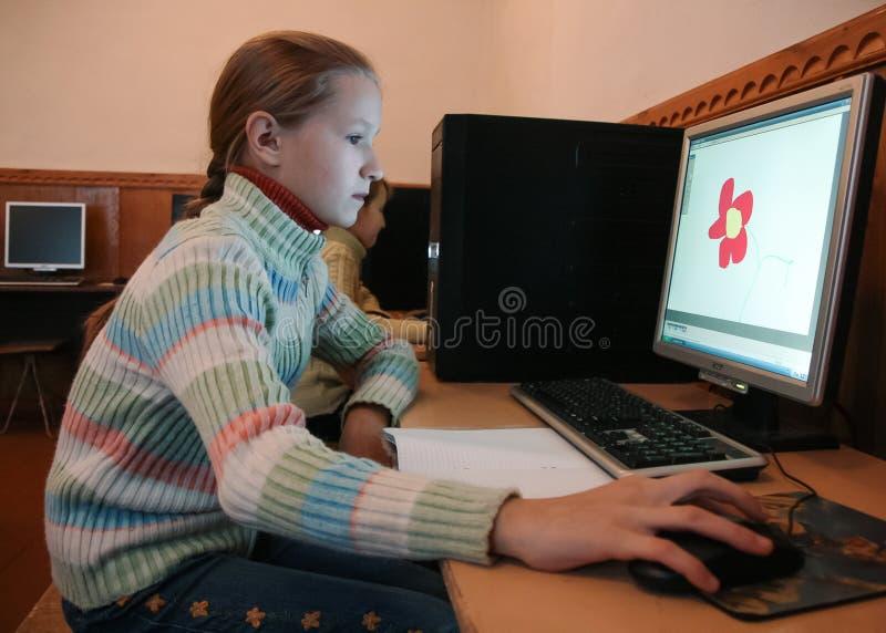 Kinder in der Computerklasse lizenzfreie stockbilder