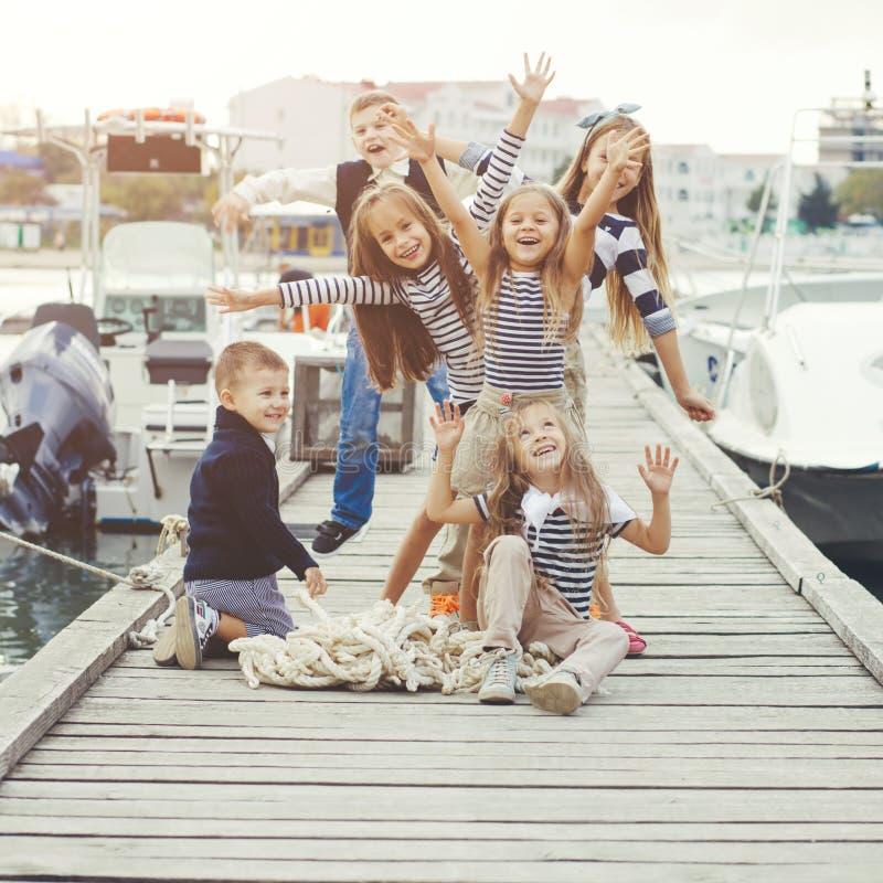 Kinder in der erwachsenen Kleidung stockfoto