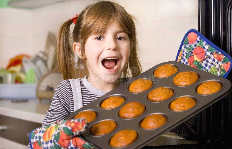 Kinder in der Küche lizenzfreie stockbilder