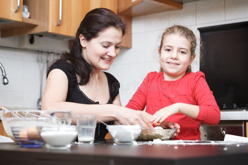 Kinder in der Küche lizenzfreie stockfotografie
