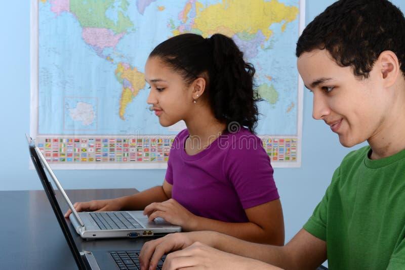 Kinder in der Schule lizenzfreie stockfotografie