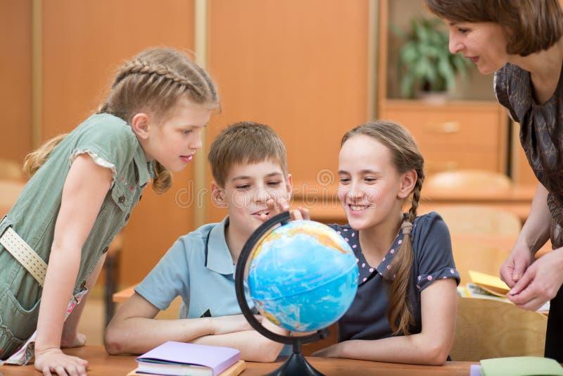 Kinder in der Schule in den Lektionen stockfotos