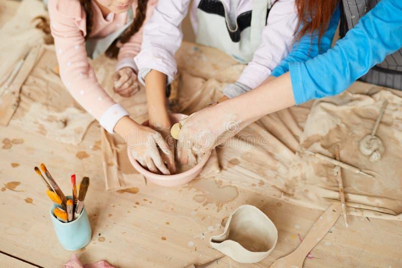 Kinder in der Tonwaren-Werkstatt stockbilder