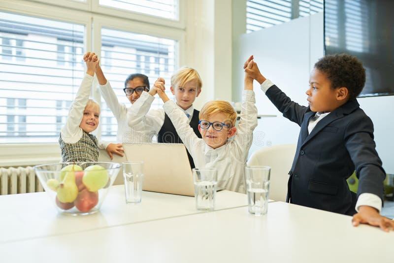 Kinder in der Unternehmensgründung feiern Erfolg stockfotografie