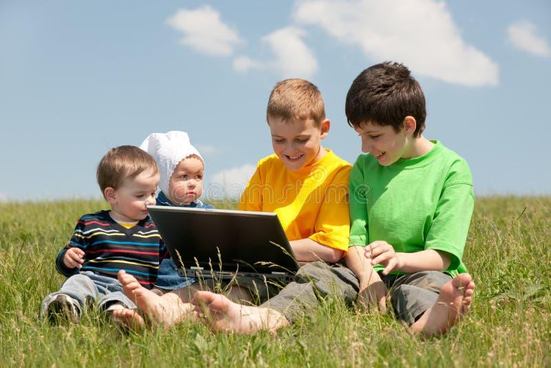 Kinder in der Wiese lizenzfreie stockfotos