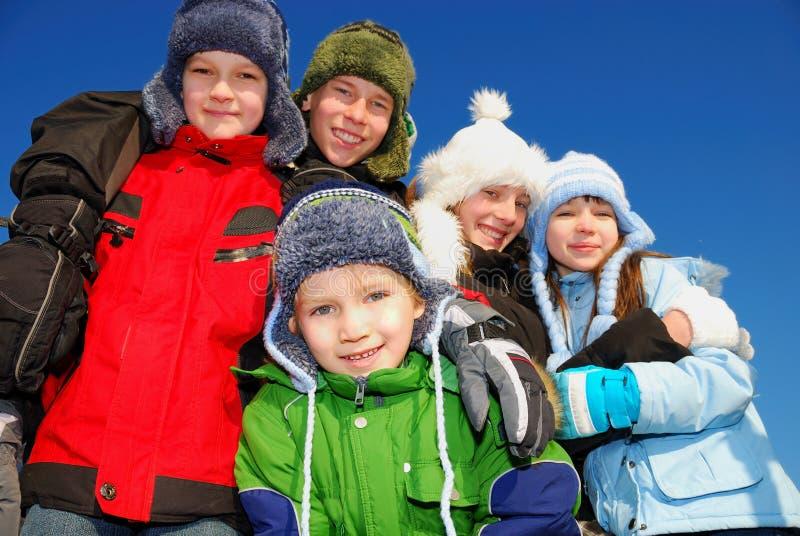 Kinder in der Winter-Kleidung lizenzfreie stockbilder