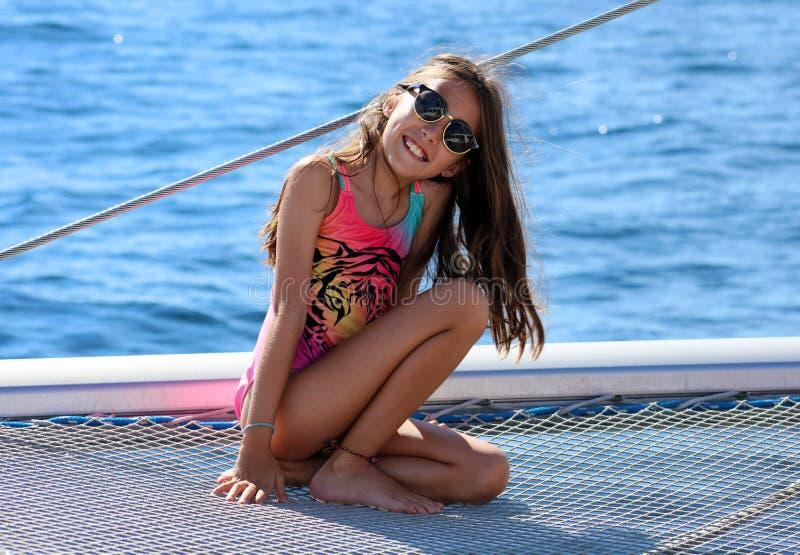 Kinder des kleinen Mädchens, die in Katamaran bei Los Cabos Mexiko segeln lizenzfreie stockfotografie