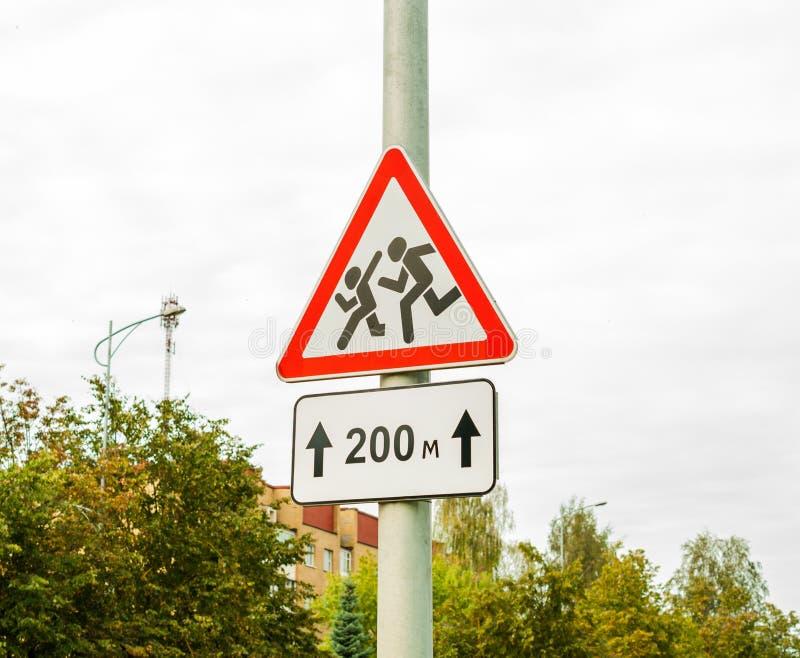 Kinder des Verkehrsschildes vorsichtig, Schule Überwachen Sie heraus für Kinder lizenzfreies stockbild