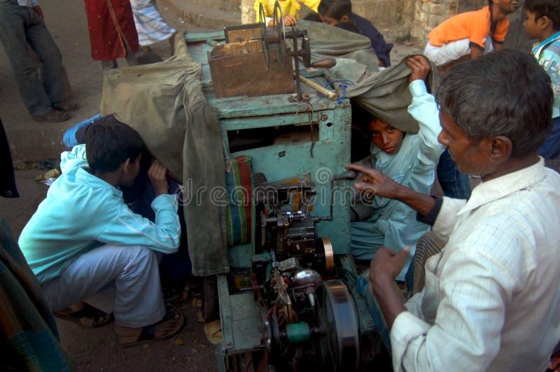Kinder, die Abbildungen durch einen Bioscope überwachen stockfotografie