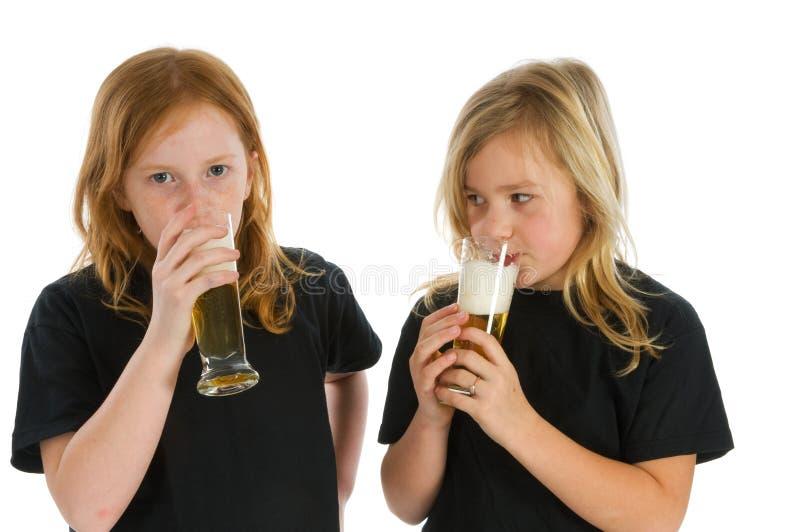 Kinder, die alkoholisches Getränk trinken lizenzfreies stockbild