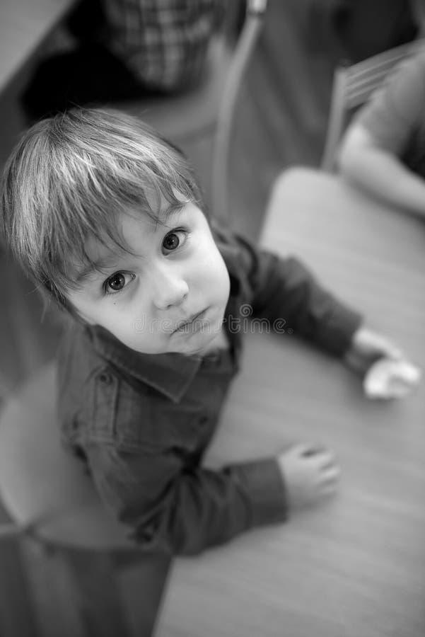 Kinder, die Apfel im Kindergarten essen lizenzfreie stockfotografie