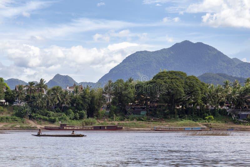 Kinder, die auf dem Mekong spielen lizenzfreies stockbild