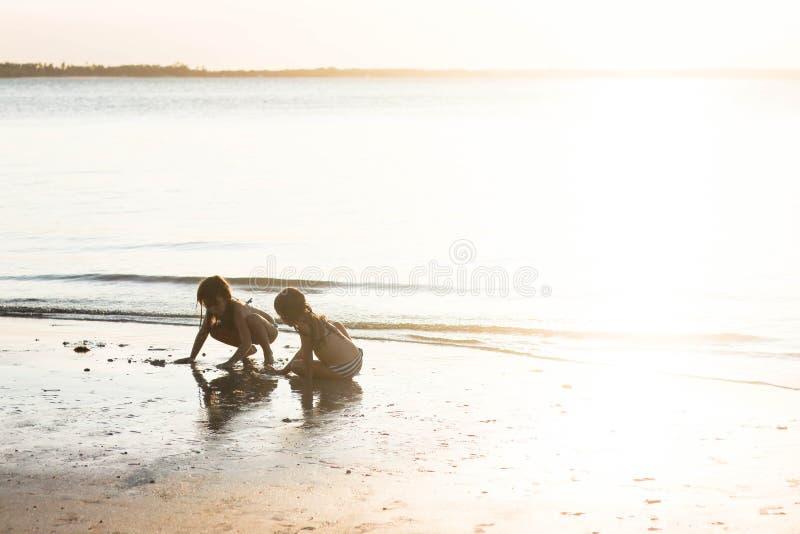 Kinder, die auf dem Strand spielen stockfoto