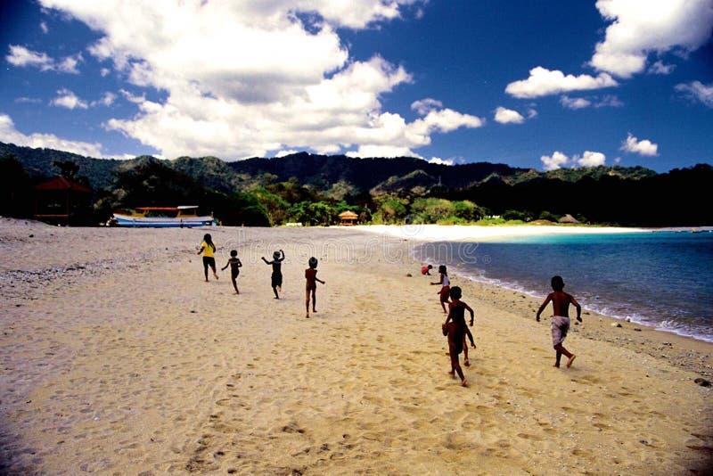 Kinder, die auf den Strand laufen stockbild