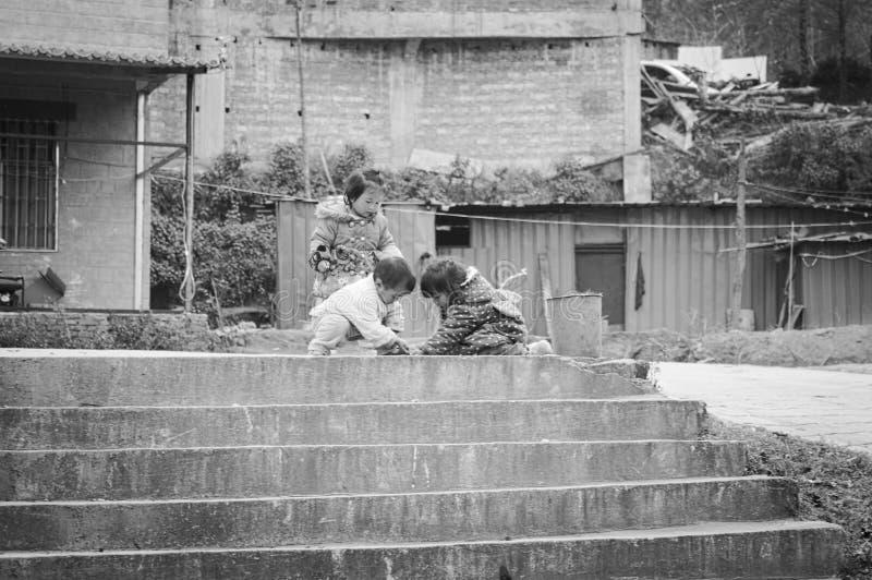 Kinder, die auf der Treppe spielen stockbilder