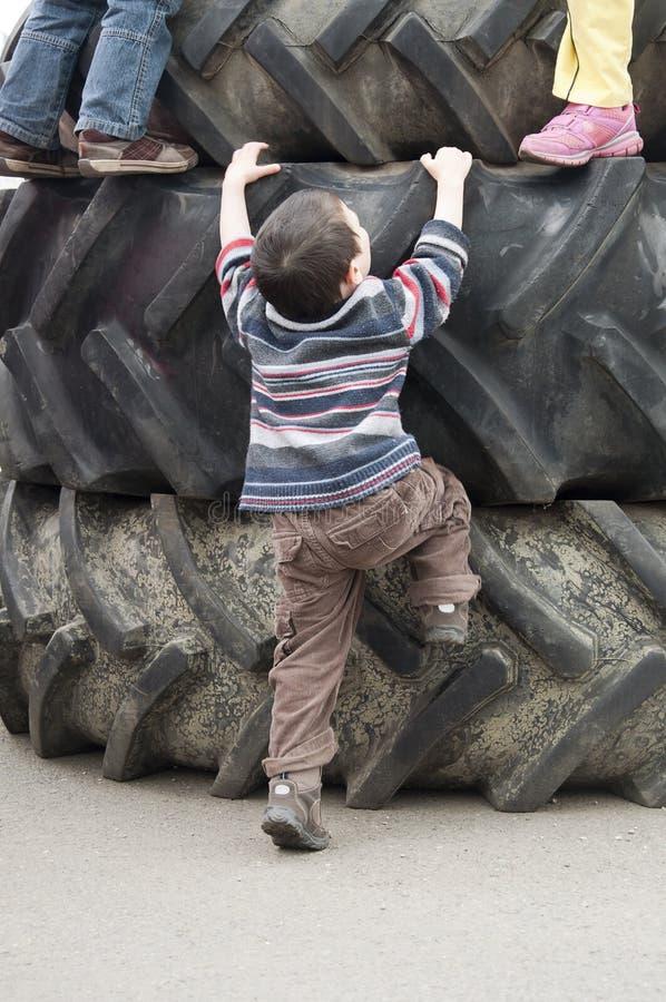 Kinder, die auf Gummireifen spielen stockfoto
