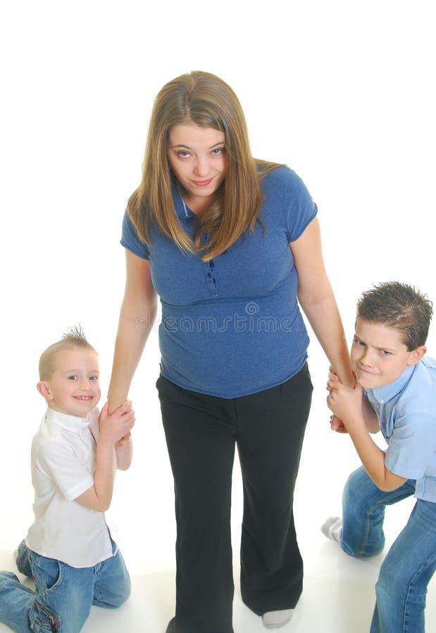 Kinder, die auf Mutter ziehen lizenzfreie stockfotos