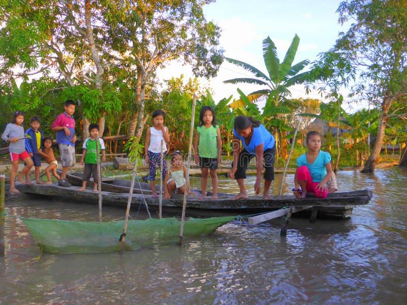 Download Kinder, Die Auf Pier Durch Fluss Stehen Redaktionelles Foto - Bild von hölzern, frau: 106801636
