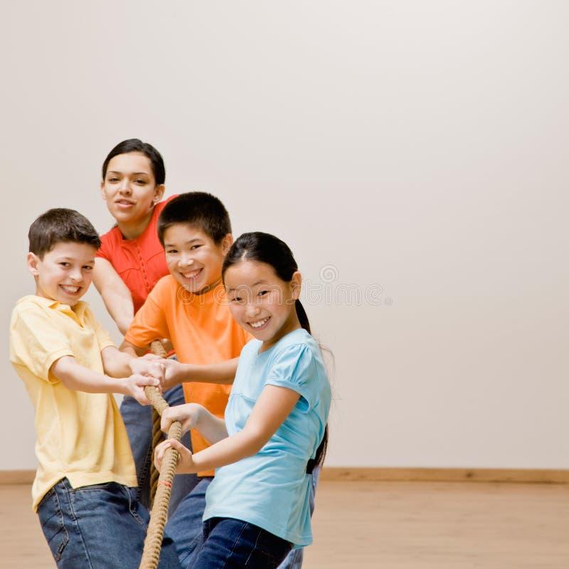 Kinder, Die Auf Seil Im Tauziehen Ziehen Stockbild