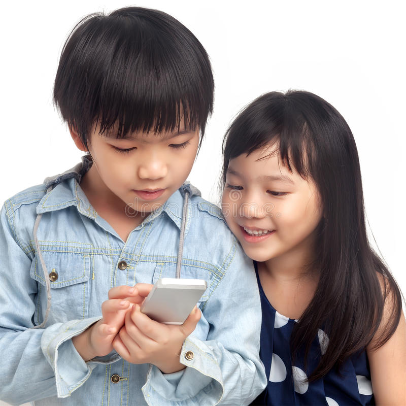 Kinder, die auf Smartphone spielen lizenzfreies stockfoto