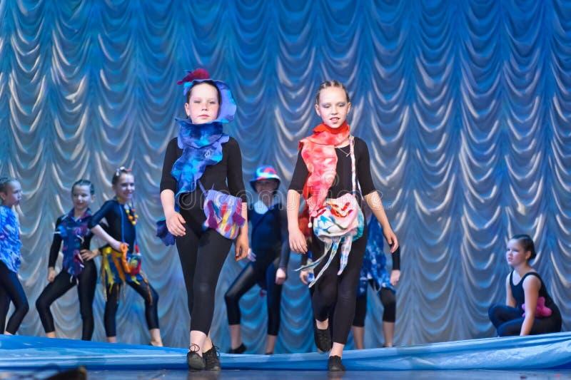 Kinder, die auf Stadium tanzen stockfoto