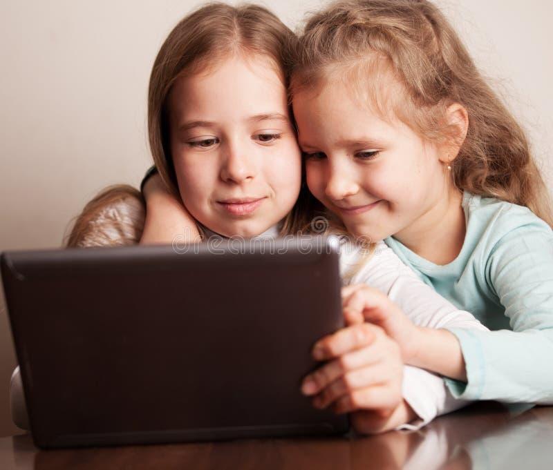Kinder, die auf Tablette spielen lizenzfreies stockbild