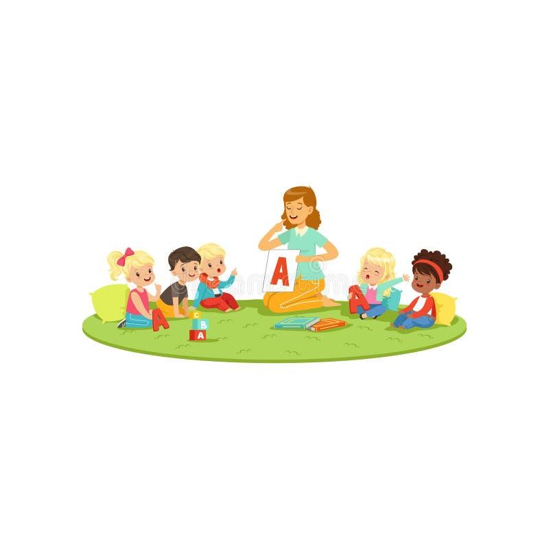 Kinder, die auf Teppich mit Lehrer sitzen und lernen, Buchstaben A auszusprechen Logopäde unterrichten kleine Jungen und Mädchen  stock abbildung