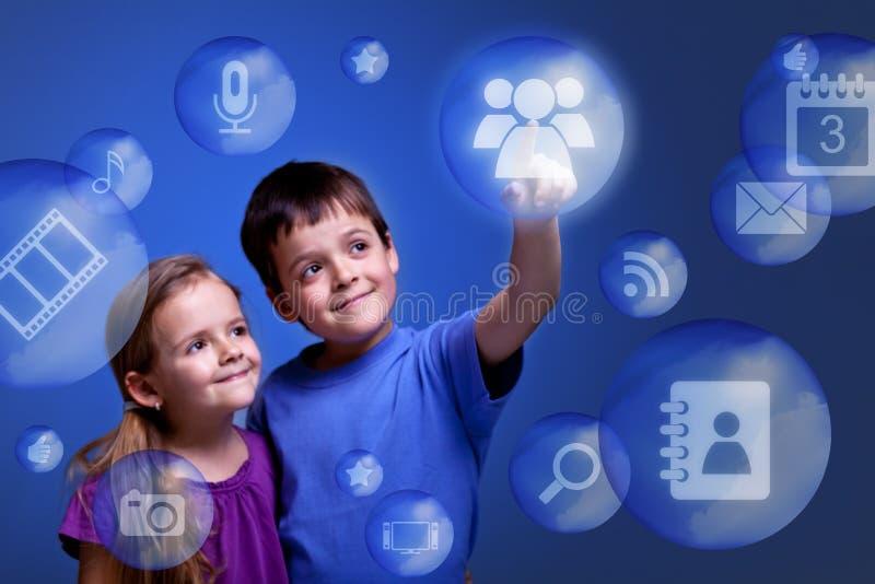Kinder, die auf Wolkenanwendungen zurückgreifen stockfotos