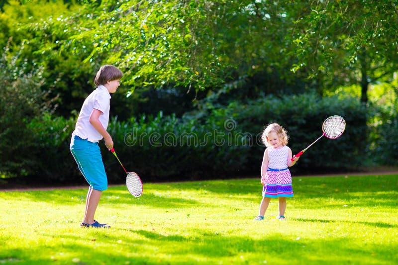 Kinder, die Badminton spielen lizenzfreie stockfotos