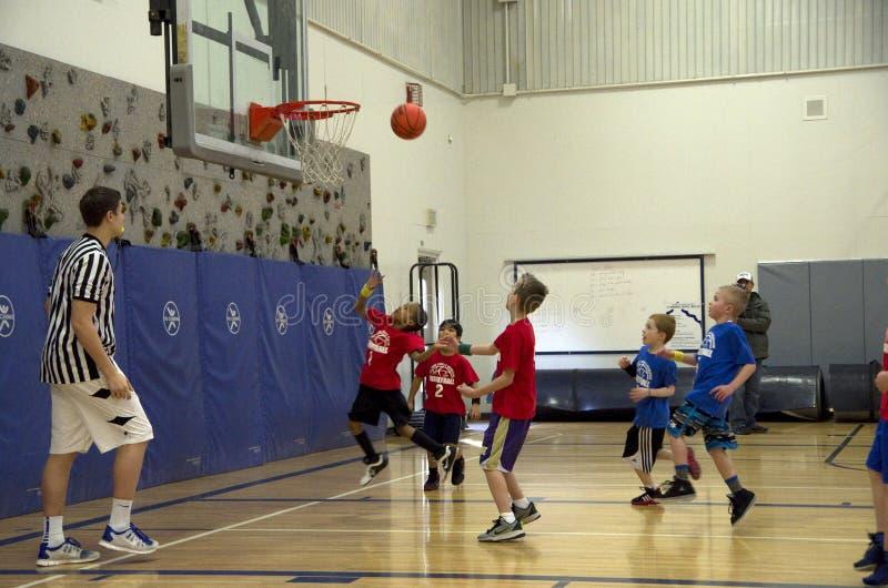 Kinder, die Basketballspiel spielen stockfotografie